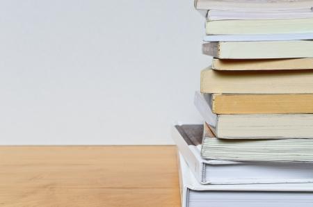 parte di impilamento libro sul tavolo di legno