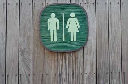 segno WC sul pannello verticale in legno stripe Archivio Fotografico