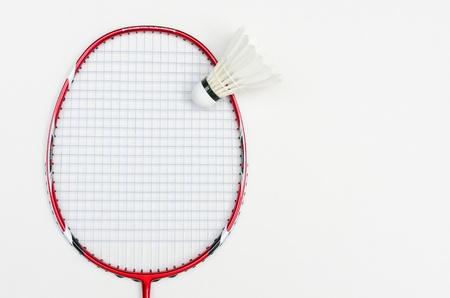 racchetta da badminton in colore rosso con volano e la luce stringa blu vista frontale su sfondo bianco