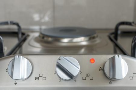 manopola forno elettrico in cucina piano di lavoro con la luce sul funzionamento Archivio Fotografico