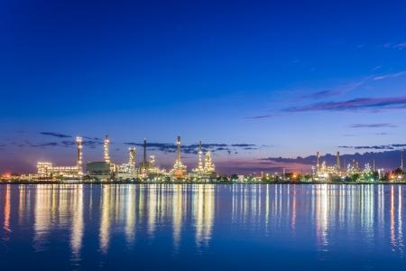 bella crepuscolo del mattino in una raffineria di petrolio lungo il fiume