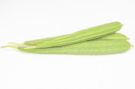verdure zucca verde angolato a sfondo bianco