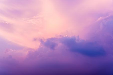 cielo nuvoloso con fascio luce del sole al tramonto
