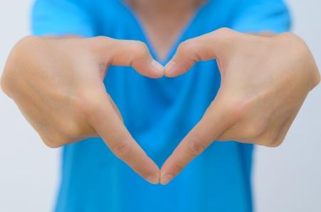 man mano a forma di cuore raggiunge fuori in avanti