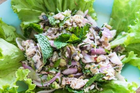 insalata thai pesce sgombro locale piccante con varie erbe locali e verdure fresche verde Archivio Fotografico