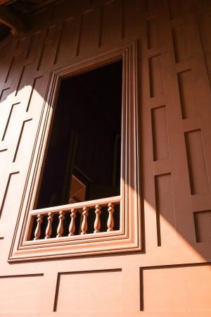 tradizionale finestra e il muro della casa tailandese nativo a basso angolo di visualizzazione verticale sotto il sole pomeridiano Archivio Fotografico