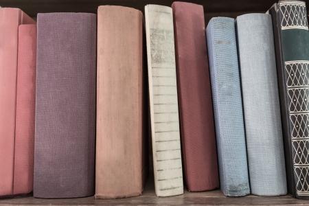 vetical: viejo libro de la pila vetical el estante de madera