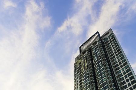 moderno grattacielo costruire nel cielo blu