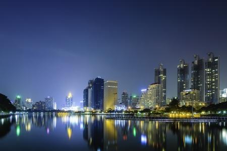 vista lago parco nel quartiere degli affari della citt� di Bangkok al crepuscolo