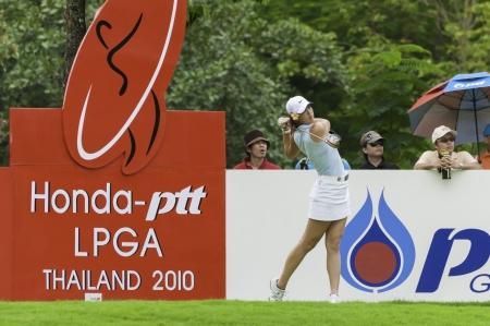 PATTAYA THAILANDIA - 21 febbraio-Michelle Wie degli Stati Uniti tee off girato in Finale di Honda LPGA Thailand 2010 tra il 18-21 febbraio a Siam Country Club Old Course a Pattaya, Thailandia