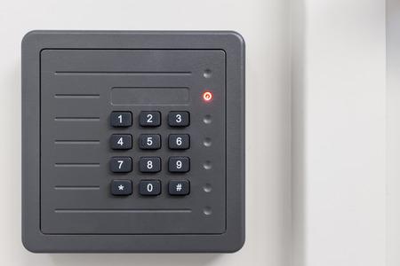 teclado num�rico: quicio de la puerta de control de acceso electr�nico con el teclado num�rico en el fondo blanco Foto de archivo