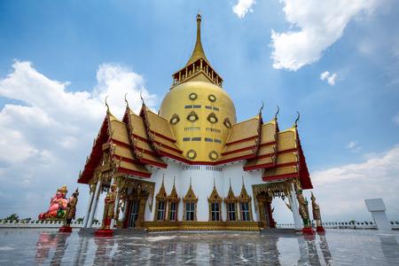 reflexion: Pagoda en el templo de Tailandia con el cielo azul y la reflexión en el suelo.