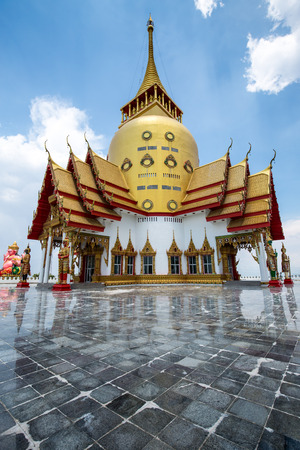 reflexion: Pagoda in Thai temple with blue sky and reflexion on the floor. Foto de archivo