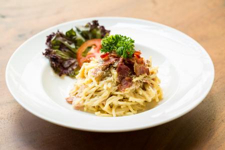 Espagueti tocino frito con picante y hierba. Foto de archivo