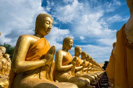 Učedník Buddhy v buddhistické zahradě.