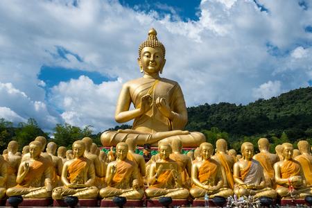 Buddha a žák v buddhistické zahradě. Reklamní fotografie