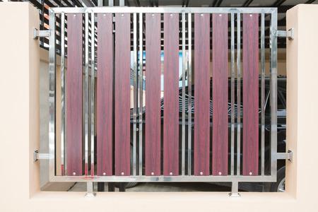 Acciaio inossidabile inossidabile inossidabile e recinto di legno Archivio Fotografico - 80555801