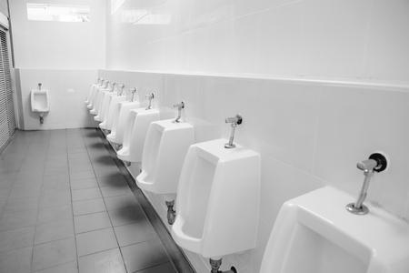 Schone urinalen mannen in benzinetoilet Redactioneel