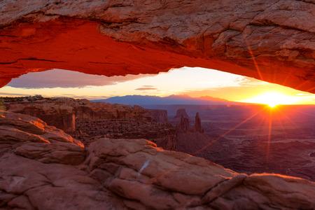 Sunrise at Mesa Arch in Canyonlands National Park near Moab, Utah, USA 免版税图像