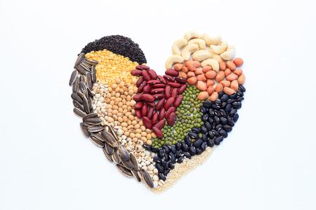 Hart gemaakt van noten, geïsoleerd op een witte achtergrond.