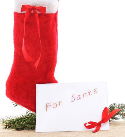 botas de navidad: Botas de Navidad con una carta a Santa sobre un fondo blanco.