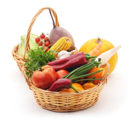 canastas de frutas: Verduras en canastas aisladas sobre fondo blanco. Foto de archivo
