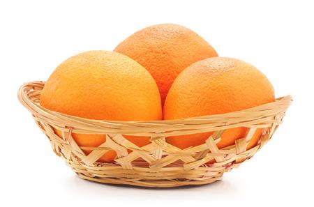 Sinaasappelen in gewicht op een witte achtergrond worden geïsoleerd die.