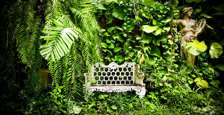 프랑스 가구와 의자가있는 영국식 정원 휴가를 보내시기 완벽한 곳.