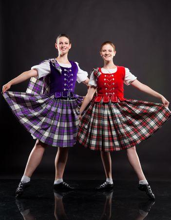 Deux filles dansant la danse écossaise dans un kilt