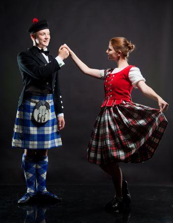 La paire dansant la danse écossaise dans un kilt