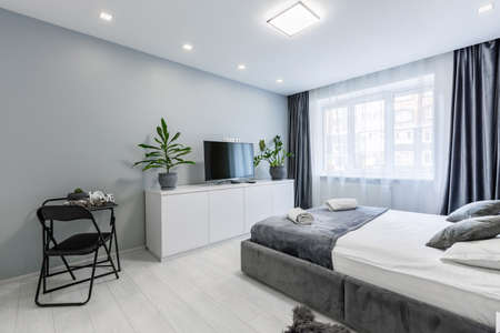 Interior photography, bedroom, in a small studio apartment, with a large bed and white walls Stockfoto