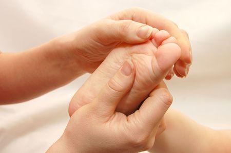 fysiotherapie: Vrouwelijke handen massage kinderen een mond