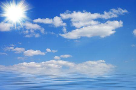 reflexion: Cielo y su reflejo en el agua Foto de archivo