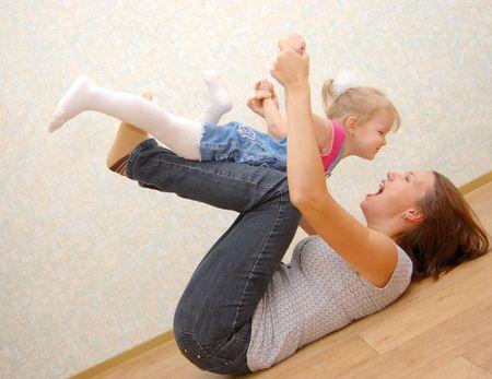 Mutter und ihrer kleinen Tochter auf Holzboden