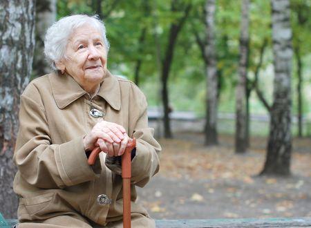 personnes �g�es: Beau portrait d'une femme �g�e � l'ext�rieur Banque d'images
