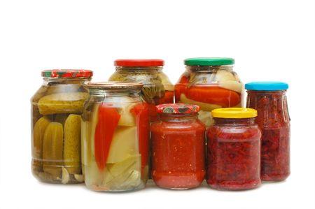 bocaux en verre: Pots de verre avec des conserves de l�gumes isol�s  Banque d'images