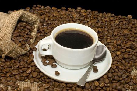 granos de cafe: Taza de caf� en granos de caf�