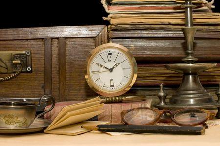 old books: Stapeln der alten B�cher und verschiedene Dinge  Lizenzfreie Bilder