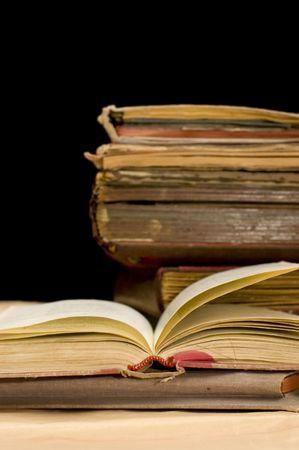 old books: Anh�ufen von alten B�cher auf schwarzem Hintergrund