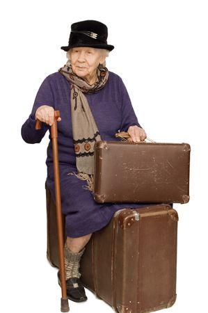 femme valise: La vieille dame se trouve sur une valise. Banque d'images