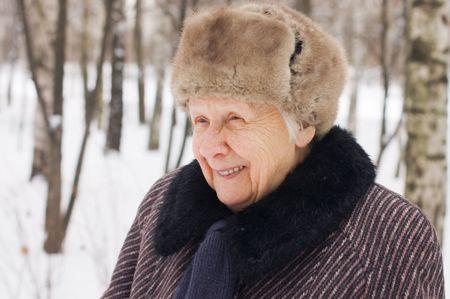 one senior adult woman: Retrato de la mujer de edad en el invierno