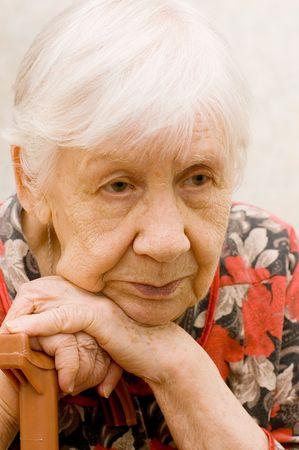 sad old woman: La anciana triste en una habitaci�n