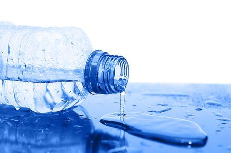 botella de plastico: Corrientes de agua de una botella Foto de archivo