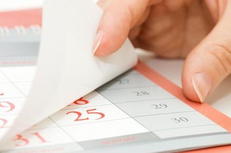 organizer page: La mano rompe hoja de calendario Foto de archivo