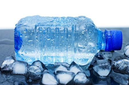 agua purificada: botella de agua mineral fr�a con cubos de hielo