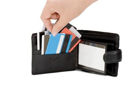 Kreditkarte in den Geldbeutel