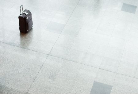 gente aeropuerto: Maleta equipaje en un piso en el aeropuerto  Foto de archivo