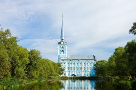reflexion: Vista de la antigua iglesia y reflexi�n en el agua