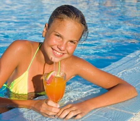 sunbath: Het meisje met een cocktail bij de zwembad