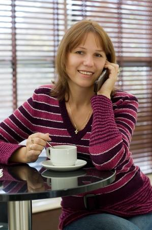 conversa: Las conversaciones de la chica por un tel�fono m�vil Foto de archivo